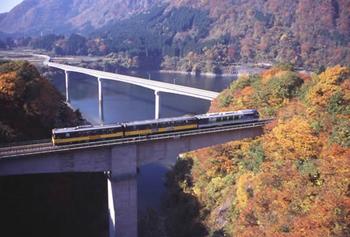 紅葉が楽しめるおすすめの観光列車.png